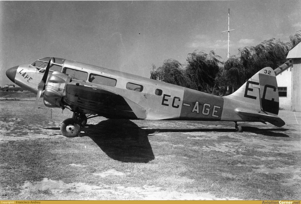 Parece ser que este Envoy III, EC-AGE, fue operado por L.A.P.E., sirviendo en el bando republicano en misiones de enlace y reconocimiento a lo durante la guerra. En 1939 los nacionales lo recuperan junto a otro, siendo matriculados 41-3 y 41-4. Después del 1945 son identificados como L.11, volando con el Ejército del Aire hasta bien entrado el año 1947 (Francisco Andreu / AviationCorner.net)