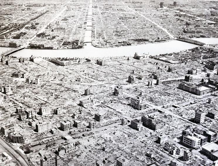 Dramática imagen panorámica de Tokio, arrasada por las bombas incendiarias.