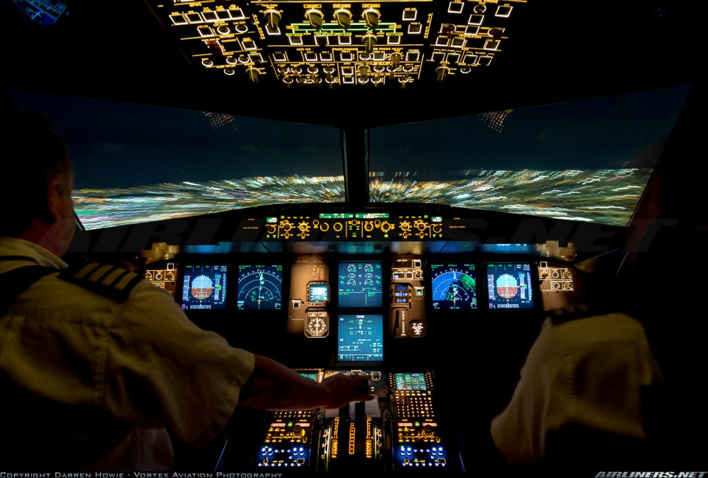 Espectacular imagen del cockpit de un A320-232 de la australiana Jetstar Airways en aproximación nocturna al aeropuerto de Sydney (Darren Howie - Vortex Aviation Photography / Airliners.net)