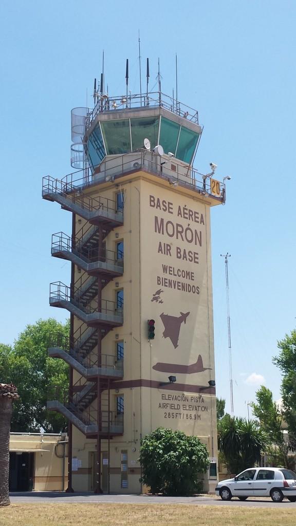 Torre de Control de la Base Aérea de Morón de la Frontera, con las siluetas del Eurofighter y el P.3 Orion