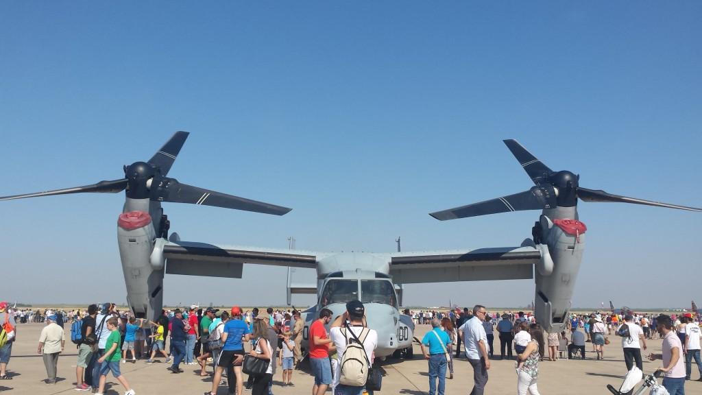 Uno de los espectaculares convertiplanos MV-22 Osprey estacionados en Morón.