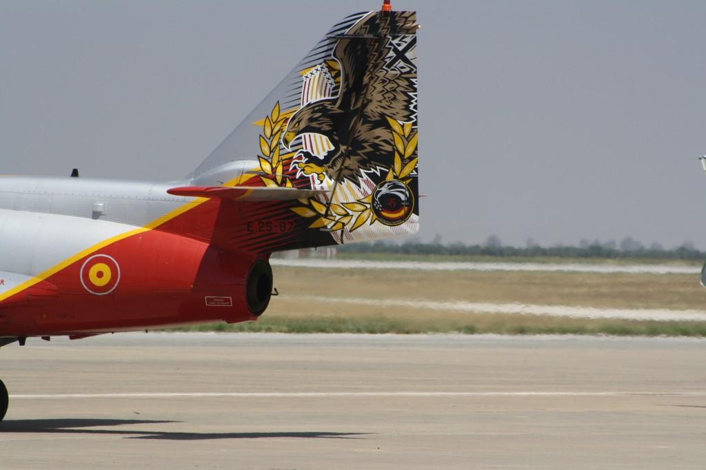 Hermosa decoración en la cola de uno de los CASA C.101, celebrando el 25 aniversario de la Patrulla Águila (Antonio García)