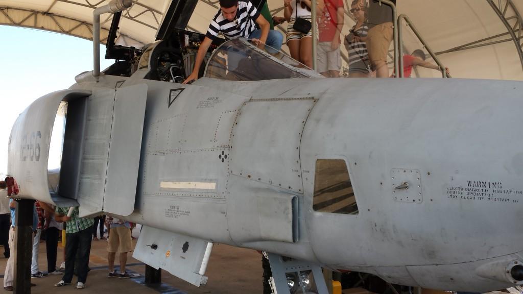 Cockpit del McDonnell-Douglas RF-4C Phantom de reconocimiento fotográfico. Este avión fue asignado al 432 Ala de Reconocimiento Aéreo (TRW) durante la Guerra de Vietnam, llegando a ser alcanzado por un misil SAM en una misión. Comprado por el Ejército del Aire en 1995, fue asignado al Ala 12 de Torrejón de Ardoz con el numeral 12-66, hasta causar baja en 2002.