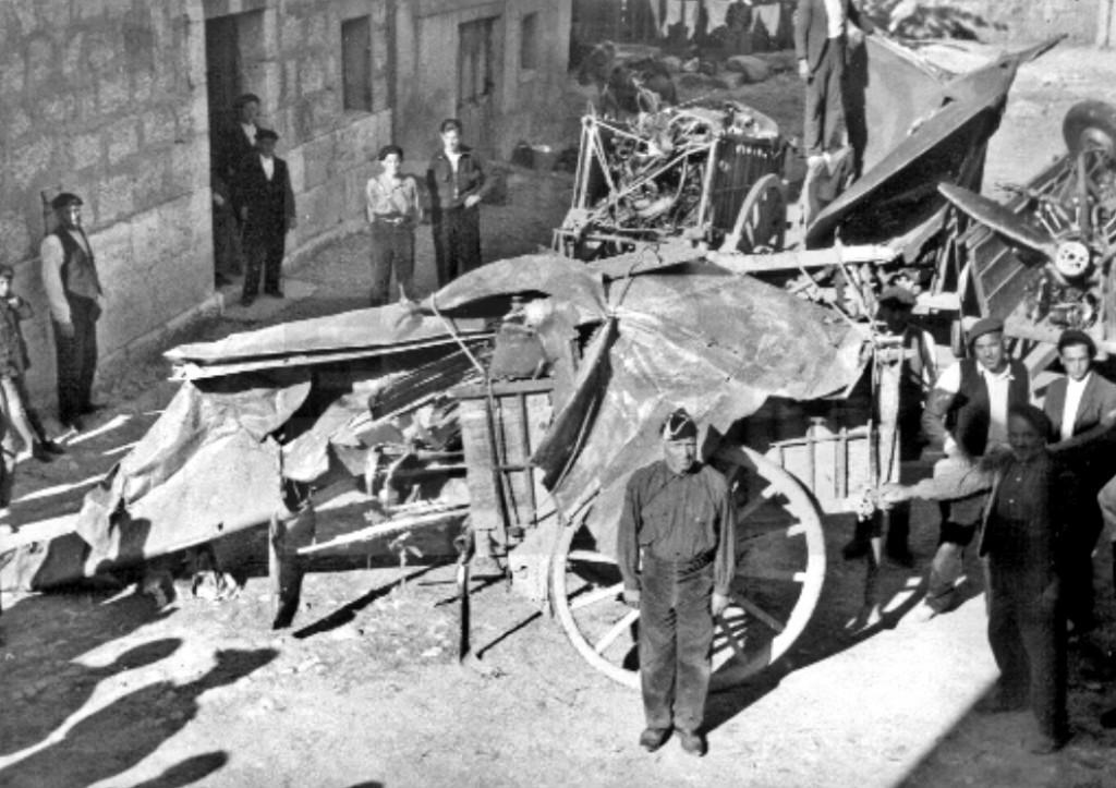Vecinos de Alcocero con los restos del Airspeed recuperados en las sierras del Puerto de la Brújula tras el accidente