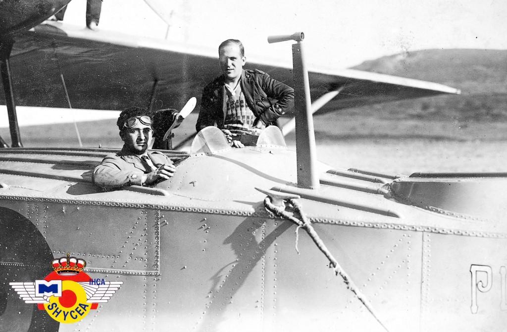 """Ramón Franco y su amigo Julio Ruiz de Alda, a bordo del Dornier Wal """"Plus Ultra"""" (Fondo fotográfico del Archivo Histórico del Ejército del Aire)"""