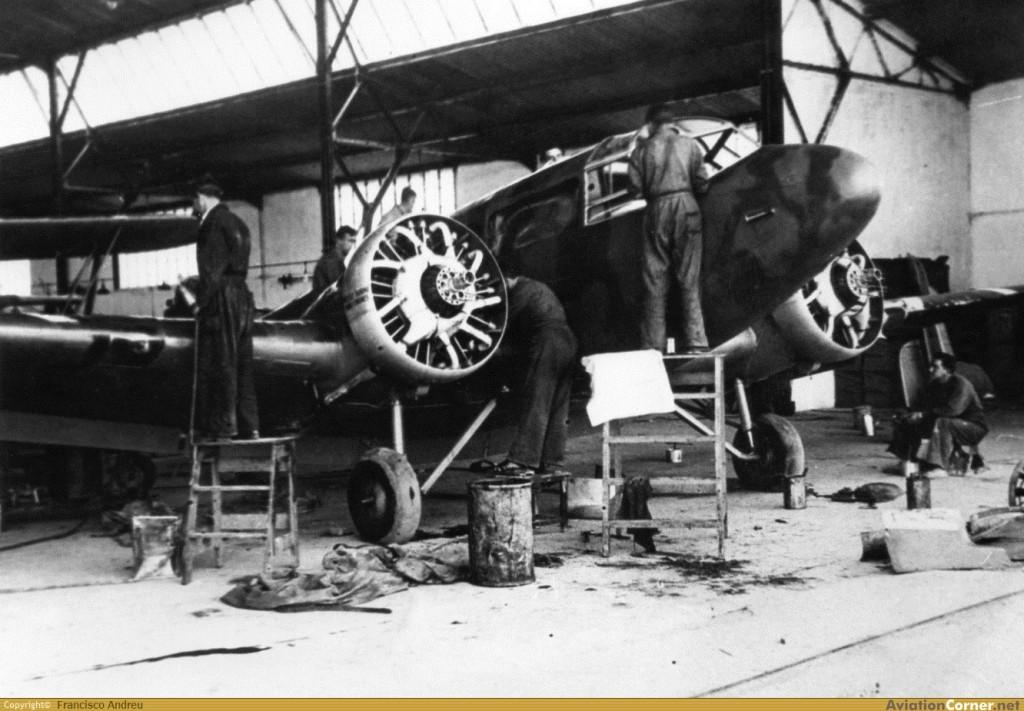 Una de las escasísimas fotografías existentes de uno de los Airspeed Envoy en servicio con los nacionales durante la guerra durante una revisión. Este ejemplar, originalmente G-ACMT, fue el codificado como 41-1 y asignado como avión de transporte ligero en el Grupo 41. Fue utilizado por el General Mola y en él encontró la muerte. El avión había entrado en servicio en Agosto de 1936 (Francisco Andreu / AviationCorner.net)