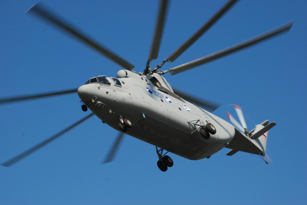 El impresionante Mil Mi-26T en vuelo. Su gestación durante los años finales del bloque soviético se aceleró ante el fracaso en el desarrollo del aún más monstruoso Mil Mi-12 (http://www.russianhelicopters.aero)