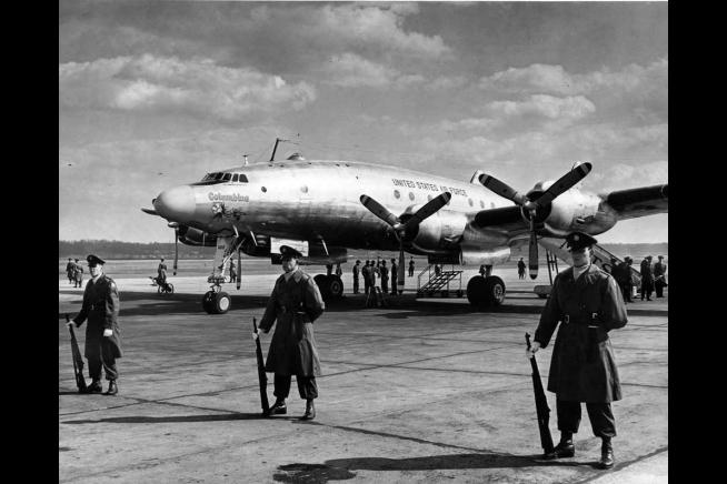 Custodiado por personal militar, el flamante Lockheed Constellation Columbine II aguarda en su aparcamiento la llegada del nuevo presidente, Eisenhower, en una de sus primeras operaciones, el 23 de febrero de 1953 (National Park Service/www.whitehouse.gov)