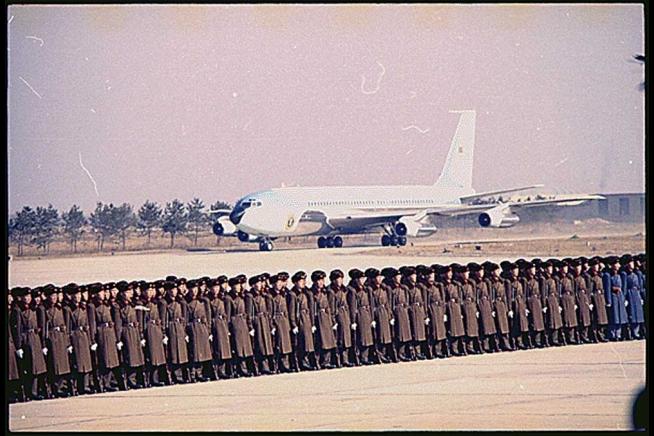 Aterrizaje del VC-137 SAM 26000 en el aeropuerto de Pekín, con el presidente Richard Nixon a bordo, para la histórica visita del mismo a China, el 21 de febrero de 1972 (www.whitehouse.gov)