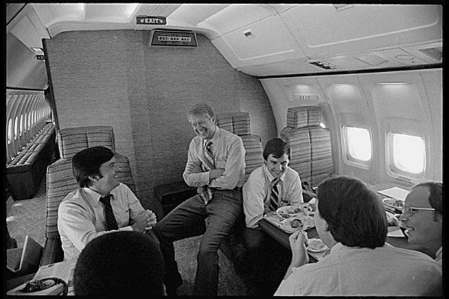 Jimmy Carter charla distendidamente con su equipo a bordo del Air Force One, el 20 de julio de 1977 (www.whitehouse.gov)