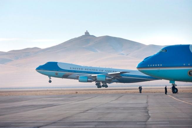 El VC-25 se dispone a aterrizar en el aeropuerto Buyant-Ukhaa de Ulan Bator, en Mongolia, un 21 de noviembre de 2005 (www.whitehouse.gov)