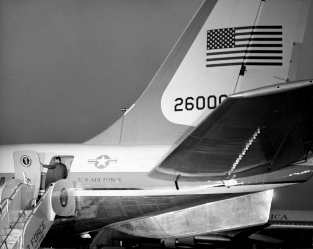 John F. Kennedy se dispone a embarcar en el SAM26000, para realizar el fatídico viaje a Dallas, en 1963 (U.S. Air Force photo)