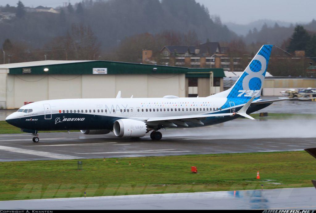 El prototipo del 737 MAX-8 carretea en el aeropuerto de Renton antes de su primer vuelo. Obsérvense bien los nuevos Winglets AT en las puntas de las alas, así como el remate en dientes de sierra para reducción de ruido de los nuevos motores LEAP-1B, patentado por la propia Boeing. (A. Kwanten / Airliners.net)