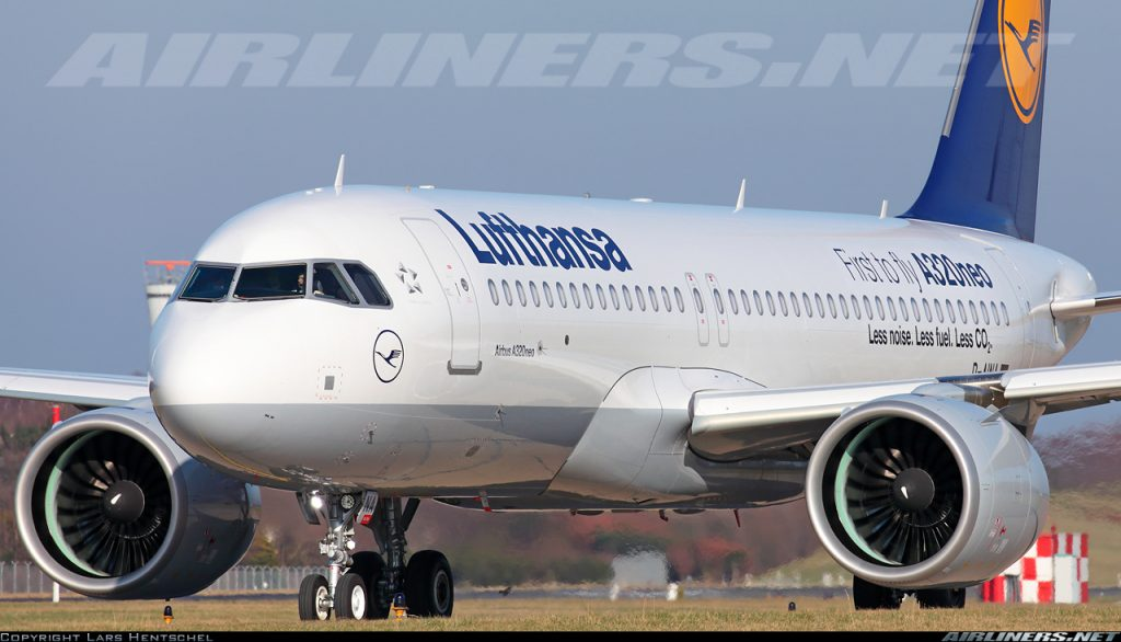 El primer A320neo, el A320-271N D-AINA, carreteando en el aeropuerto de Hamburgo en una de sus primeras operaciones. Obsérvese el mayor tamaño de las entradas de los novísimos motores PurePower (Lars Hentschel / Airliners.net)
