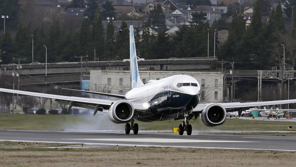 "El 737 MAX ""Spirit of Renton"" aterriza en Seattle después de su primer vuelo (Elaine Thompson / AP / www.chicagotribune.com)"