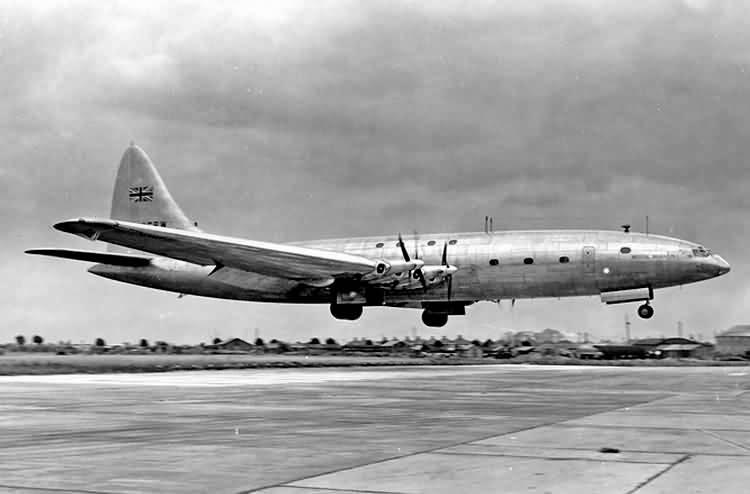 El Bristol Brabazon Mk.I en uno de sus últimos vuelos de evaluación, en julio de 1951. (Hopton Collection / 1000aircraftphotos.com)
