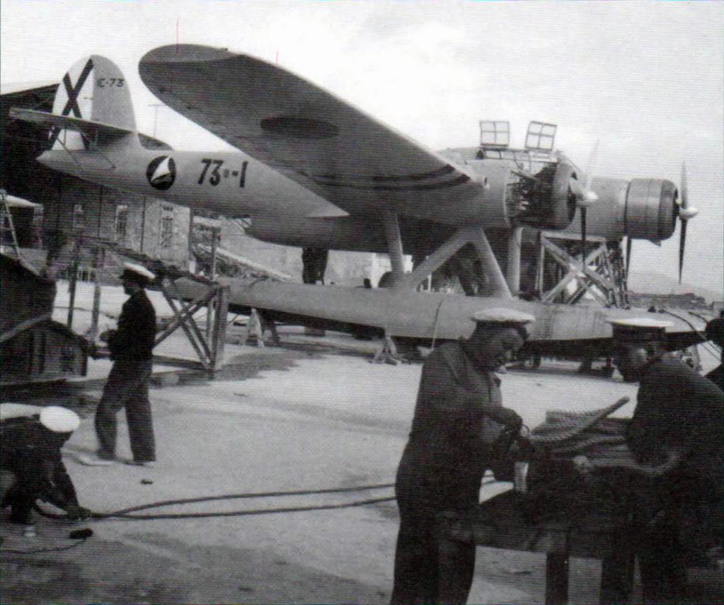 El CANT Z.506 73-1 en fase de alistamiento o revisión, en la base de Pollensa, en 1938. (/www.network54.com/Forum/394728/thread/1277159433)