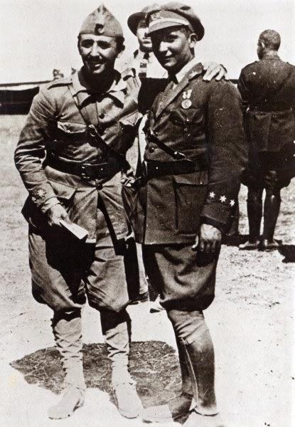 Los hermanos Francisco y Ramón Franco posan juntos en Melilla en 1923