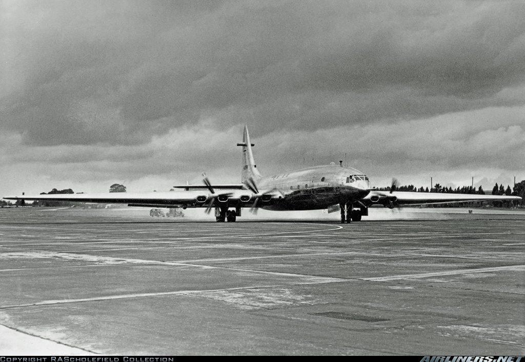 Pruebas de carreteo del enorme Brabazon en las pistas de Filton el día antes de su primer vuelo, el 4 de septiembre de 1949 (RAScholefield Collection / Airliners.net)