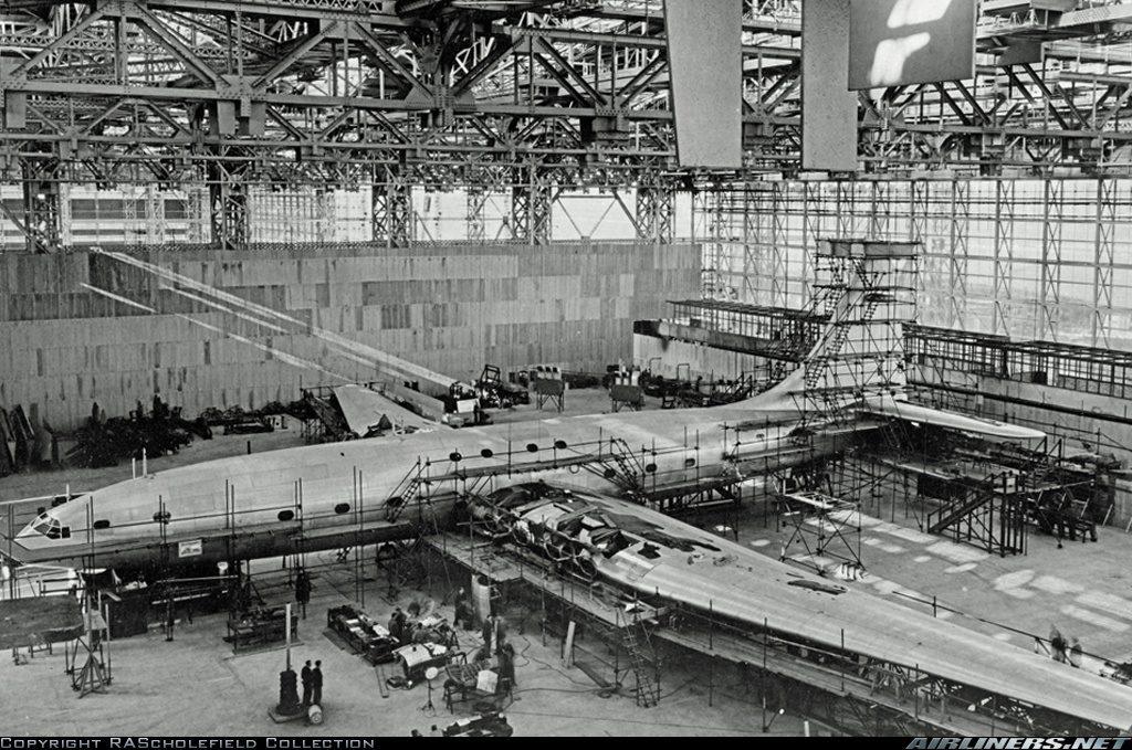 El Brabazon en el enorme hangar expresamente construido para él en el aeródromo de Filton, en el proceso de ensamblaje final. La foto fue tomada en enero de 1948 (RAScholefield Collection / Airliners.net)