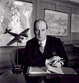 John Moore-Brabazon, primer Baron Brabazon of Tara, en una estudiada foto de Cecil Beaton de 1940, junto a uno de los aviones míticos de la RAF. el Bristol Beaufighter. Lord Brabazon fue el primer inglés en volar un avión y durante la Segunda Guerra Mundial, Ministro de Transporte y de la Producción Aeronáutica ( http://readingwithjanesmiley.blogspot.com.es)