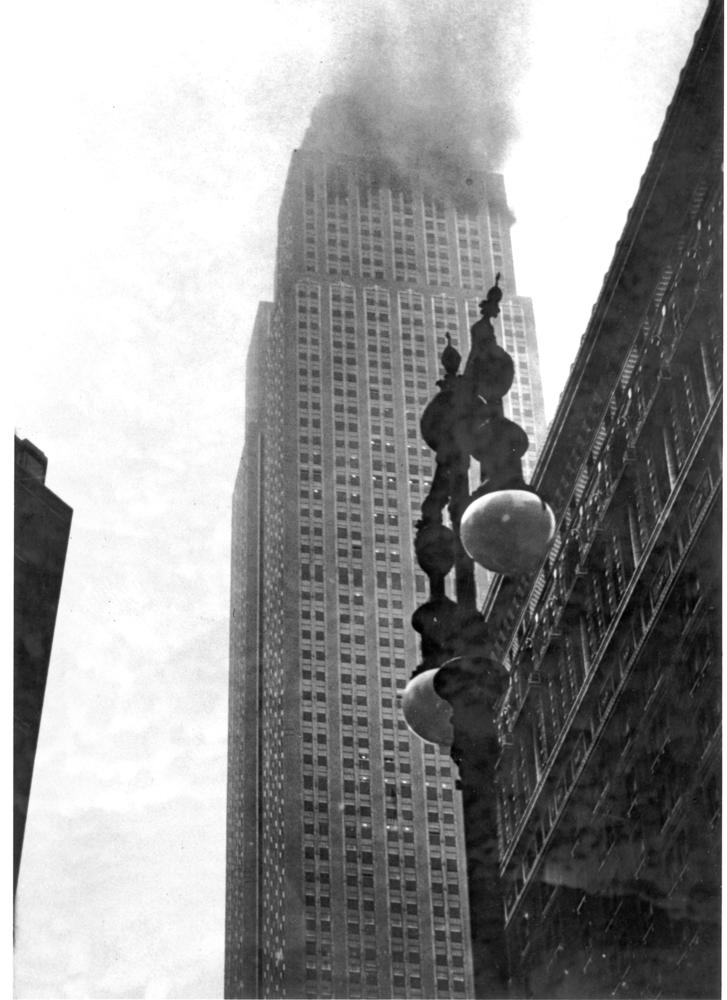 El Empire State sobresale de entre la niebla envuelto en humo, tras la colisión de un B-25 contra su cara norte, a la altura del piso 79 (http://www.huffingtonpost.co.uk/)
