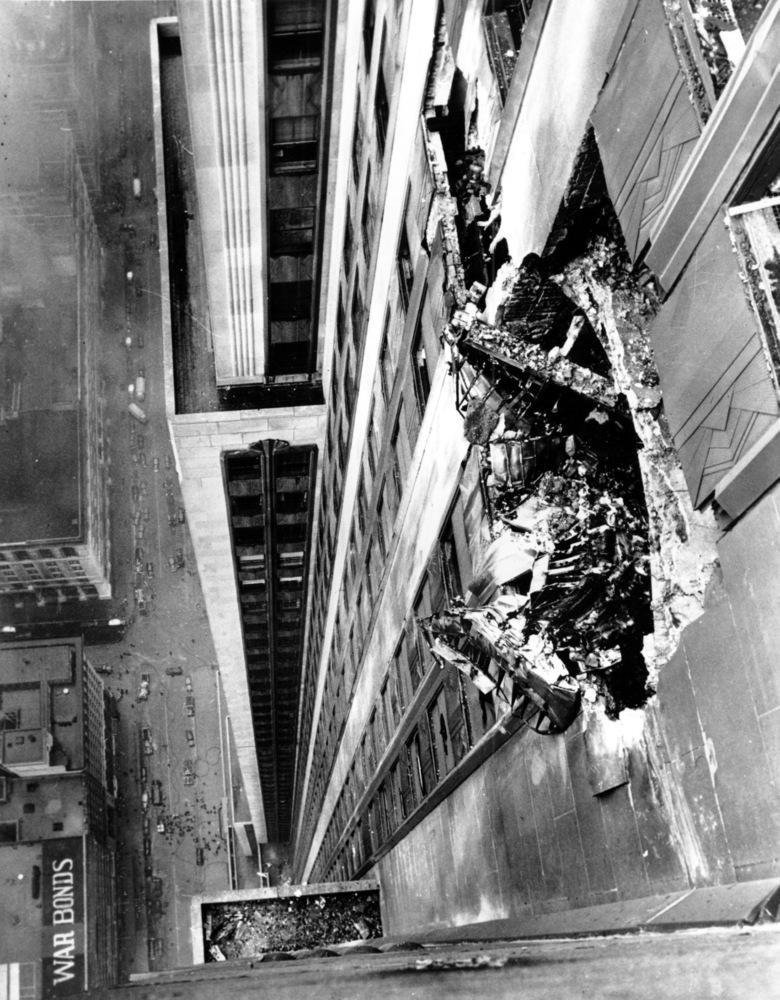 El enorme boquete producido en la cara norte del rascacielos tras su colisión con el bimotor. A pesar de la gravedad, el edificio encajó perfectamente los daños. (http://www.huffingtonpost.co.uk/)
