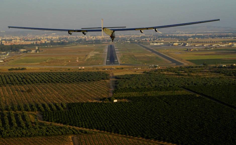 El Solar Impulse 2 en su aproximación final a la pista de San Pablo (Reuters/El Confidencial)