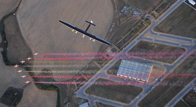 Flanqueado por los C.101 de la Patrulla Águila, el Solar Impulse 2 sobrevuela San Pablo (www.sevillaactualidad.com/)