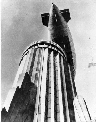 El pequeño dirigible Columbia sobrevuela el mástil del Empire State (http://www.nytimes.com/)