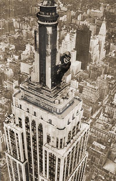 Ahí está, celebrando el 50 aniversario de la película, el King Kong de goma encaramado en lo alto del Empire State. Sin embargo, los golpes de viento acabarían por deshincharlo, a pesar de las reparaciones, y el efecto publicitario quedó en fiasco. (http://www.limecontracting.com)