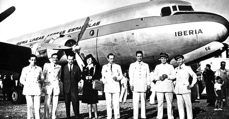 22 de septiembre de 1946. La tripulación del flamante DC-4 posa en el aeropuerto de Barajas, antes de iniciar su primer vuelo transatlántico (Iberia / Fototeca Paloma Jose Julio)