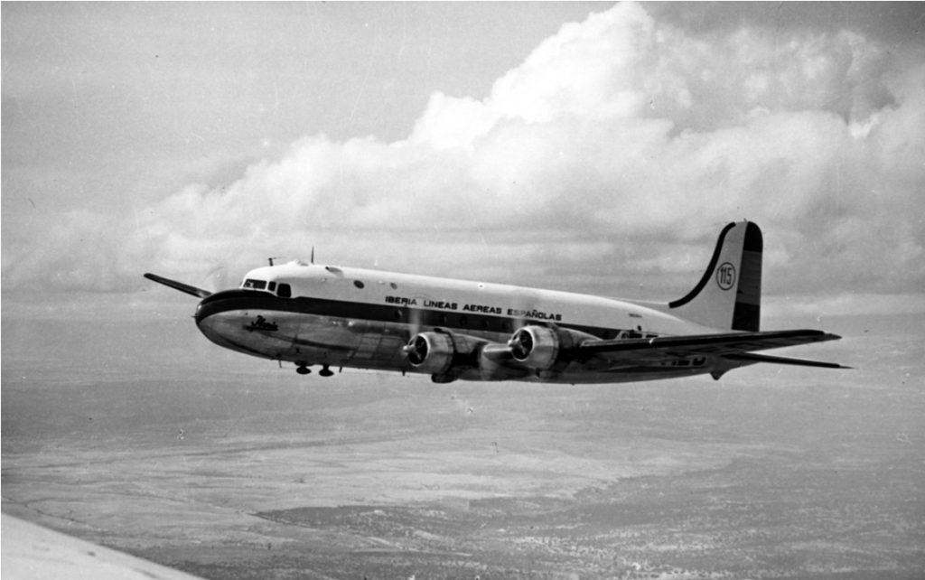 Douglas DC-4 en vuelo. Hasta siete de estos robustos cuatrimotores operó Iberia entre 1946 y 1968, sin accidentes dignos de mención (http://www.juancarlosdiazlorenzo.com/)