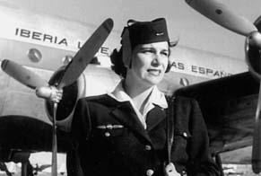 Pilar Mascías, una de las primeras azafatas de Iberia, luce el uniforme de invierno de la compañía ante uno de los DC-4 (Iberia/Colección Marichín de Gámiz)