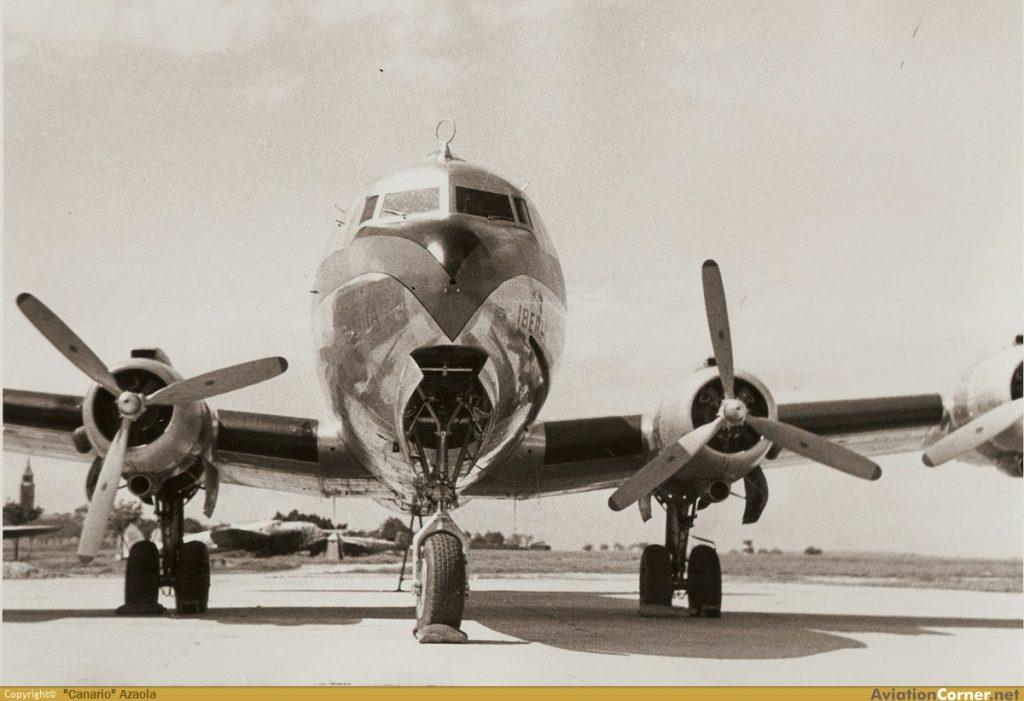 """Uno de los tres primeros DC-4 comprados por Iberia directamente a la Douglas, el EC-DAO, estacionado en las pistas de Barajas en el verano de 1946 (AviationCorner.net / Archivo """"Canario"""" Azaola)"""
