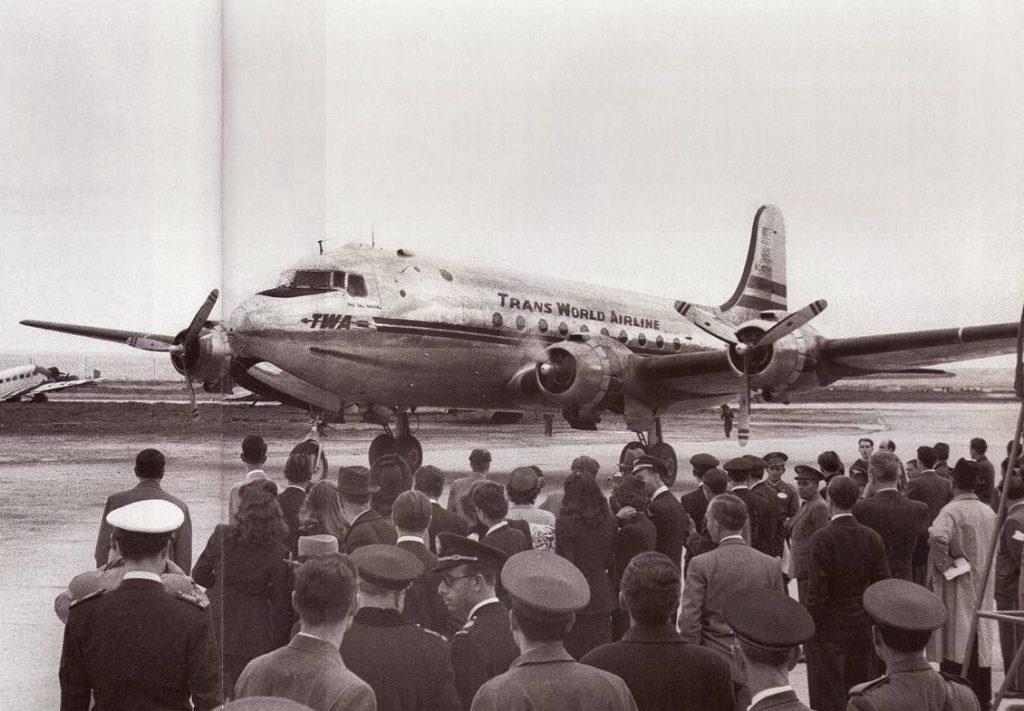 4 de mayo de 1946. Aterrizaje del Douglas DC-4 de la compañía norteamericana TWA en Barajas. Se trata de la primera aerolínea extranjera en aterrizar en España tras la guerra, abriendo rutas desde Nueva York y Boston (http://caminandopormadrid.blogspot.com.es)
