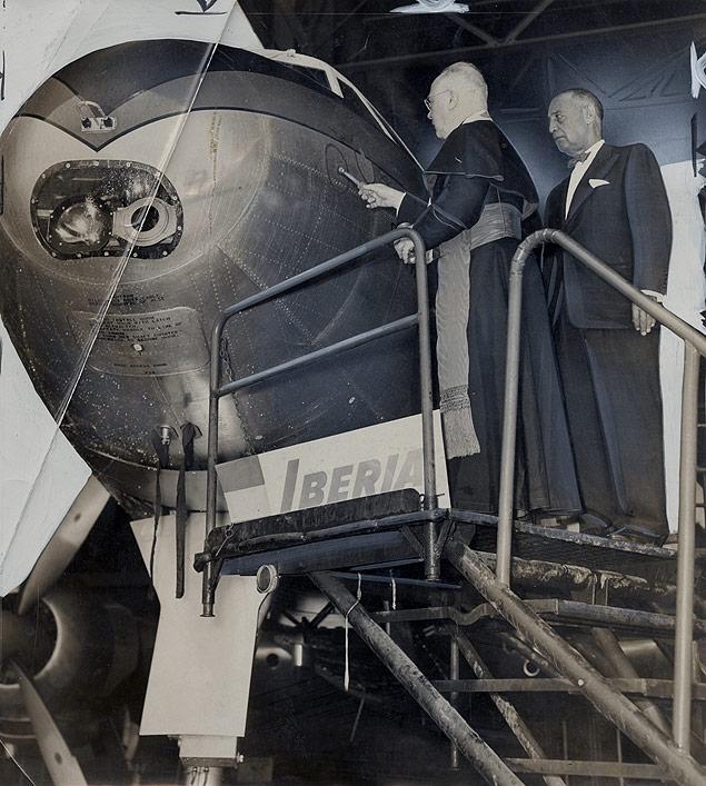 """El cardenal Spellman rocía con agua bendita el primer Lockheed Super Constellation de Iberia, el EC-AIN """"Santa María, ante la mirada de Howard Cullman, de la PNYA, en el aeropuerto de Idlewild (futuro John F. Kennedy) de Los Ángeles. 20 de Junio de 1954 (Harry Ransom Center. http://norman.hrc.utexas.edu/)"""