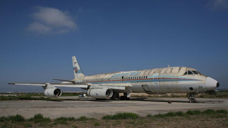 Sucio y cansado, el Convair CV-990 Coronado EC-BZO de Spantax espera en la Base Aérea de Son Sant Joan buenas noticias ante un futuro cada vez más incierto.