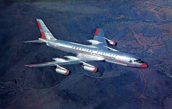 Foto publicitaria de la época, mostrando a uno de los flamantes CV-990A de American Airlines. Se observan claramente los speed fairings en los bordes de salida de las alas, para mejorar la resistencia aerodinámica al avance.