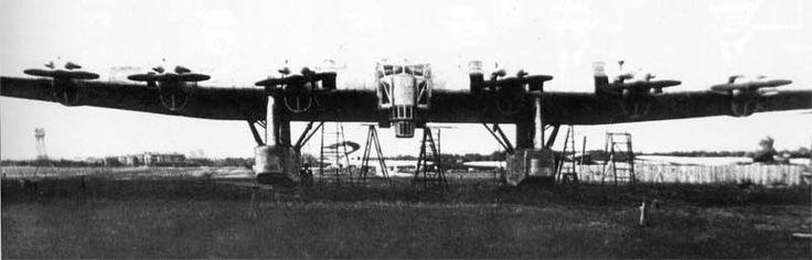 Vista frontal del enorme avión, tomada seguramente en el campo de pruebas de la factoría en Járkov.