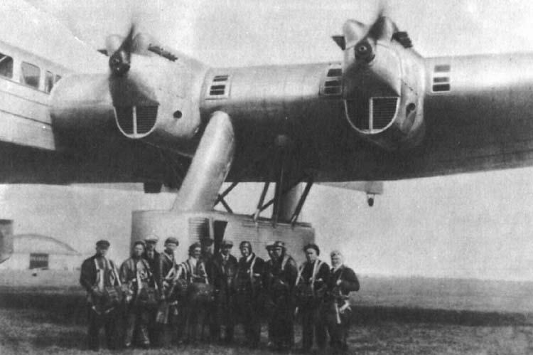Tripulación de pruebas y equipo de diseño posan junto al gigantesco prototipo del Kalinin K-7 construído, en 1933. Obsérvese el grueso perfil alar.