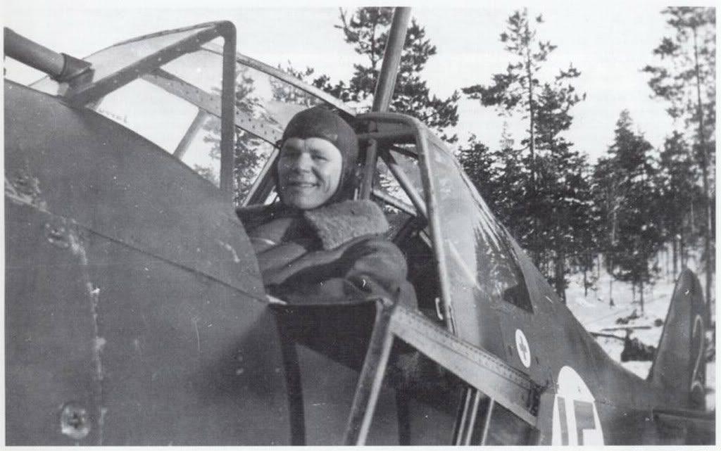 Sonriente, El Teniente Jorma Sarvanto posa en la cabina de su Fokker D.XXI, matriculado FR-97 / Blanco 2, en la base aérea de Utti, un 6 de enero de 1940. Aquel día fue capaz de derribar seis bombarderos DB-3 en solo cuatro minutos. (J. Sarvanto)