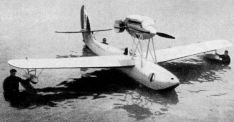 El Macchi M.33 aparece aqí listo para participar en la prestigiosa Copa Schneider de 1925. Obsérvese la posición de los pesados radiadores de láminas acoplados al motor, menos efectivos que los de superficie http://aviadejavu.ru).