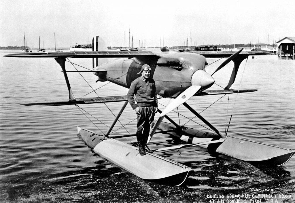 Jimmy Doolittle posa ante su veloz Curtiss R3C-2 en 1925. Con su potente propulsor Curtiss V-1400 y un perfil alar mejorado, el veloz biplano era capaz de raspar los 400 km/h (http://airpigz.com)