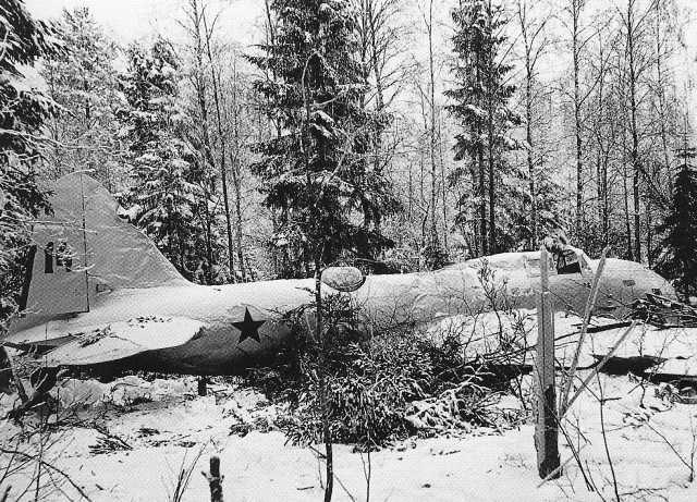 Un bombardero Ilyushin DB-3 derribado y cubierto con un sudario de nieve en un bosque finlandés. Febrero de 1940 (www.militaryimages.net)