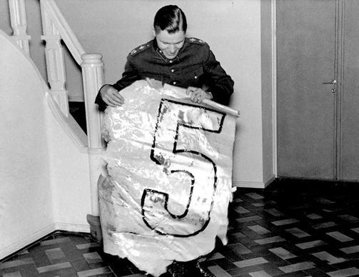 """""""Zamba"""" Sarvanto muestra el número del timón de uno de los DB-3M derribados. La fotografía se tomó en una conferencia de prensa en el club de Oficiales de Immola, dos días después de su hazaña (SA-kuva)"""