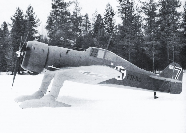 """Fokker D.XXI FR-110 / """"Blue 7"""" de la 3/LLv 24, estacionado en Joroinen. Muchos aviones de ambos bandos iban equipados con esquíes para mantener su operatividad. Con este avión, el piloto ViktorPyötsiä consiguió 7.5 derribos confirmados durante la Guerra de Invierno"""