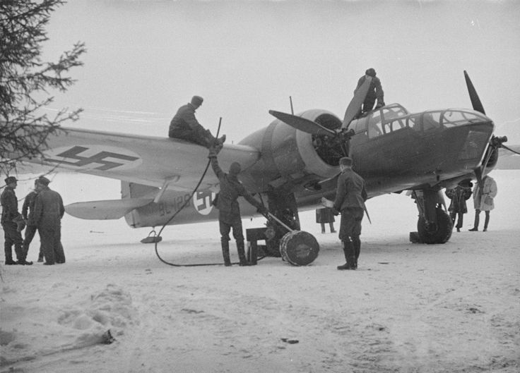 Personal de tierra atiende a uno de los bombarderos Bristol Blenheim Mk.I en servicio. A pesar de su escasa protección y ligero armamento, su desempeño fue muy útil durante el conflicto. La esvástica azul, escarapela de las Fuerzas Aéreas Finlandesas, es una cruz de buena suerte utilizada como insignia personal por el conde sueco Erich Von Rosem, y colocada en el primer avión tras el fin de la Guerra Civil. Esta ancestral cruz, no tiene, por tanto, ninguna relación con el nazismo (Finnish War Archives).