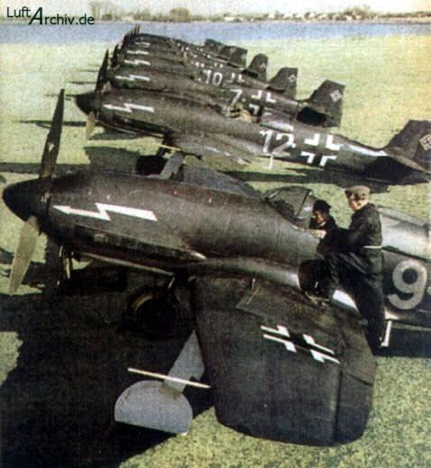 Una de las múltiples fotografías de propaganda, mostrando una línea de vuelo de He 100D, pertenecientes a una ficticia unidad de caza nocturna (http://www.luftarchiv.de)