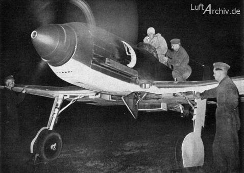 """Fotografías como ésta, mostrando a He 100D preparándose para el despegue, fueron remitidas en 1940 por el Ministerio de Propaganda alemán, para hacer creer a los aliados de que existían unidades de caza nocturna compuestas por cazas denominados """"He 113"""". Las marcas de unidad son igualmente falsas. (http://www.luftarchiv.de)."""